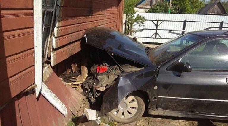 Пьяный угонщик на чужом автомобиле врезался в дом