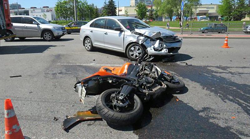столкнулись легковушка и мотоцикл