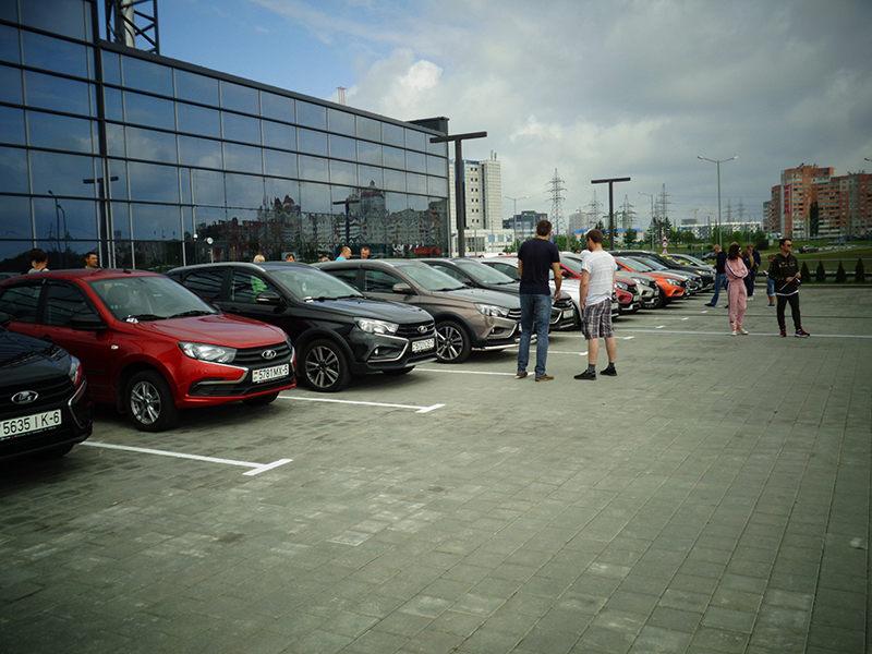 Автомобили LADA на парковке