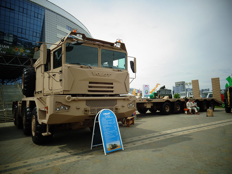 Автопоезд МЗКТ для перевозки гусеничной и колесной военной техники