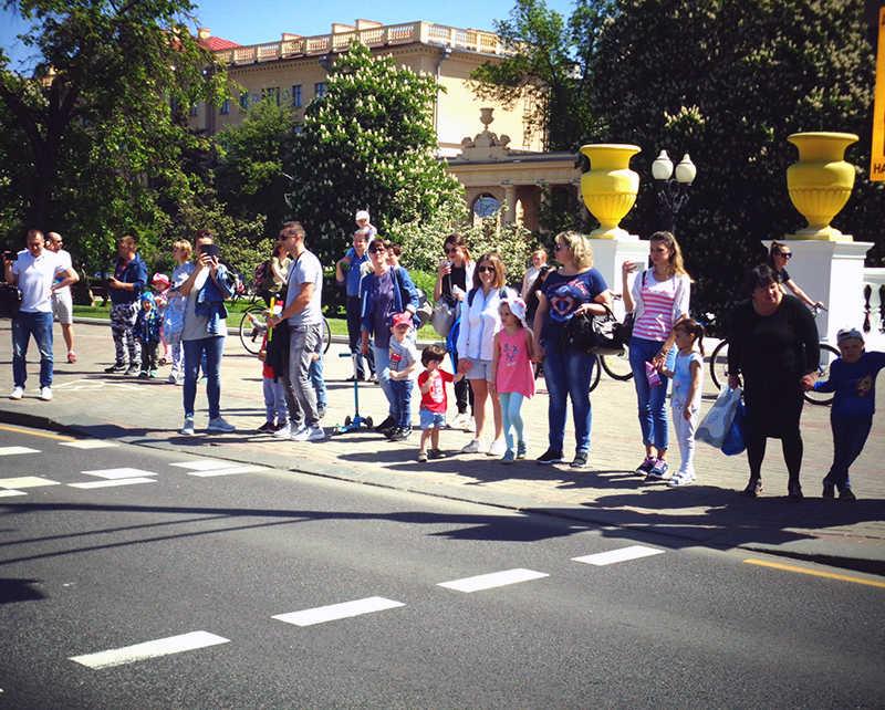Зрители на площади Победы