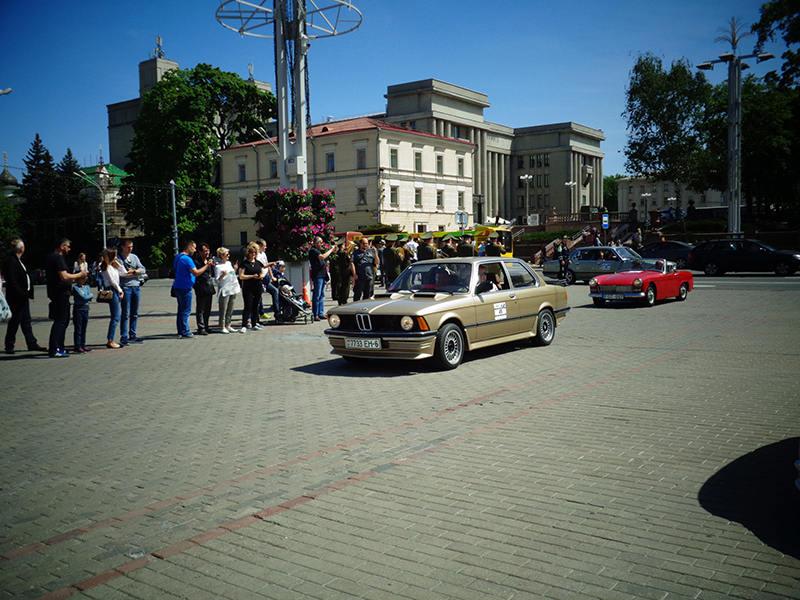 Участники ретро фестиваля на Октябрьской площади