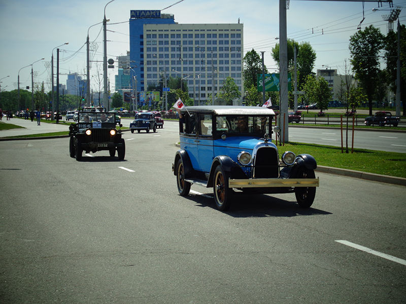 Ретро автомобили возле площади Государственного флага