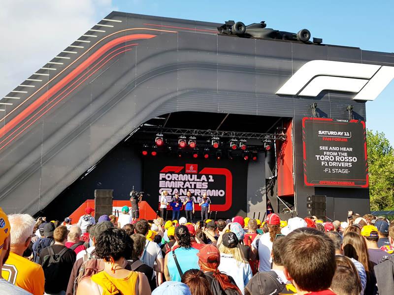 В фан-зоне на сцене команда Toro Rosso: Квят, Элбон и Тост