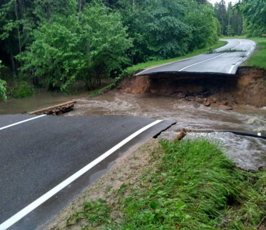 В Воложинском районе непогода разрушила два участка автодороги