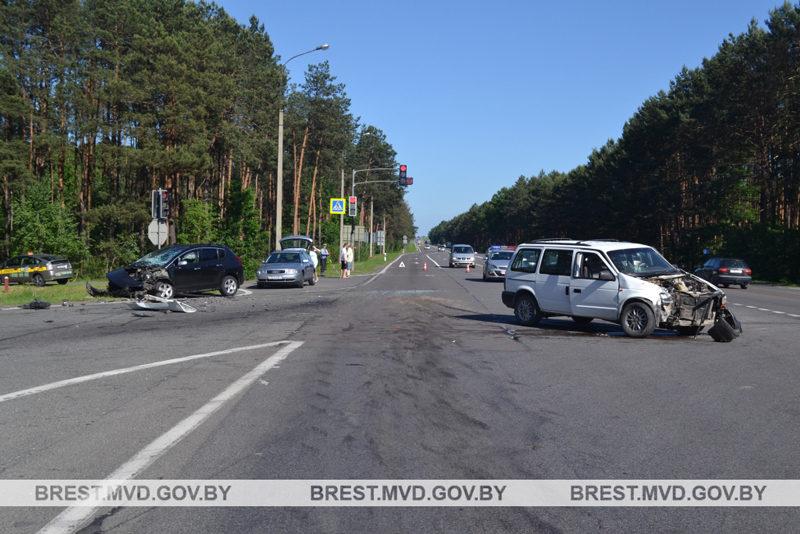 На автодороге М1/Е30 столкнулись Chrysler и Peugeot