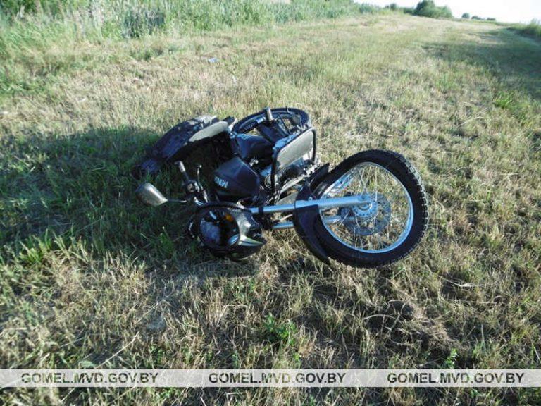 17-летний бесправник на мотоцикле опрокинулся в кювет