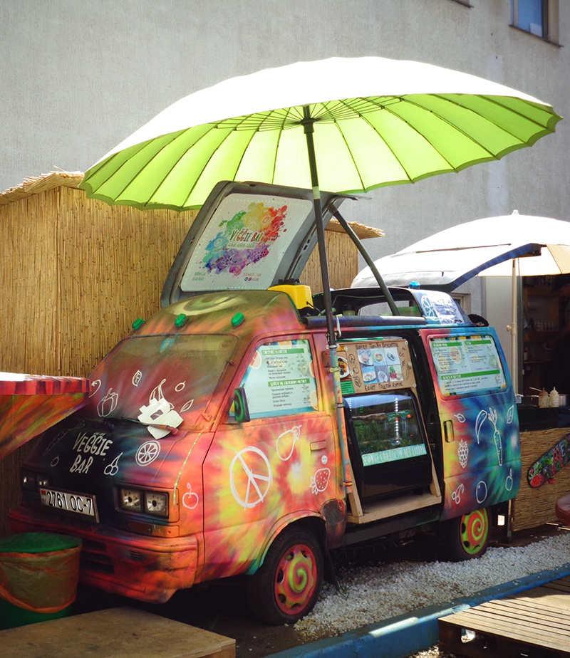 Фудтрак Subary Libero с открытым зонтиком