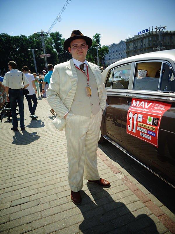 Один из участников ретро-ралли в костюме джентльмена прошлого века