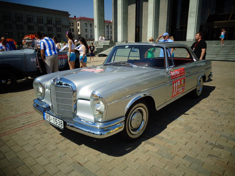 И их Merrcedes Benz 300SE