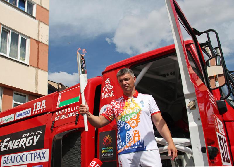 Сергей Вязович с факелом возле МАЗ-5309RR