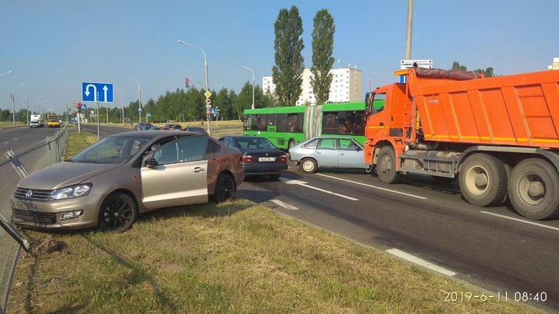 Водитель КАМАЗа при перестроениине уступил дорогу