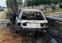 Audi въехала в ограждение кладбища и загорелась
