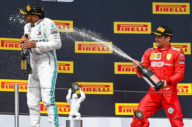 Леклер обливает Хэмильтона шампанским на подиуме