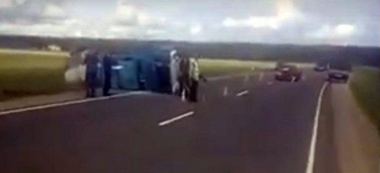 В результате ДТП опрокинулся грузовик ГАЗ
