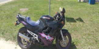 В Пинске мотоциклист-бесправник въехал в столб