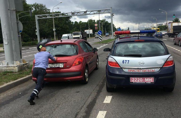 Инспектор ГАИ помог водителю убрать с дороги неисправный автомобиль