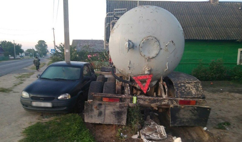 В Пружанском районе грузовик сорвался с жёсткой сцепки