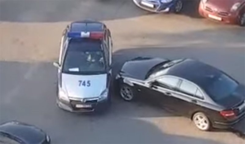 автоинспектор повредил автомобиль