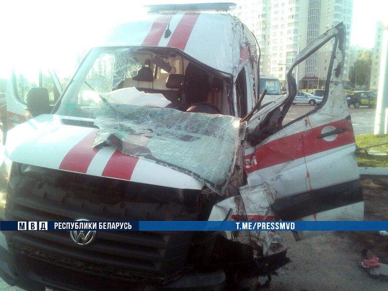 Автомобиль «скорой» столкнулся с легковушкой в Витебске