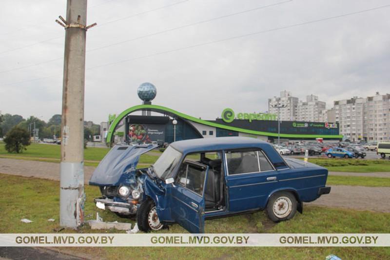 В Гомеле ВАЗ въехал в столб: водитель погиб