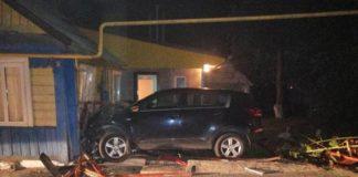 Водитель легковушки объезжал ежика и врезался в жилой дом