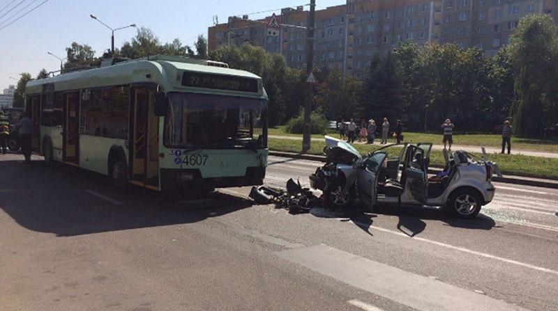 В Минске водитель легковушки врезалась в троллейбус