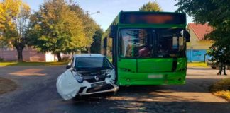 В Барановичах столкнулись автобус и легковушка.