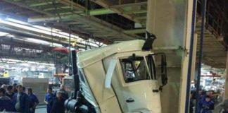 КАМАЗ разбили прямо на конвейере