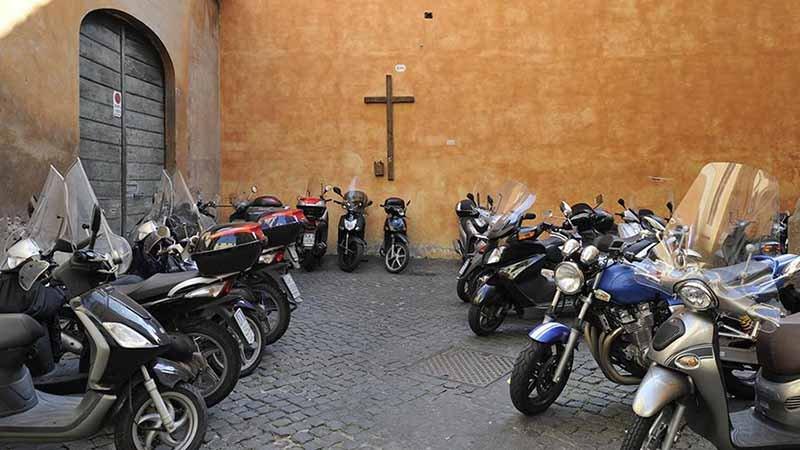 В Италии за парковочные места можно расплатиться молитвой