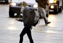 Пешеходам запретят отвлекаться на гаджеты при пересечении дороги