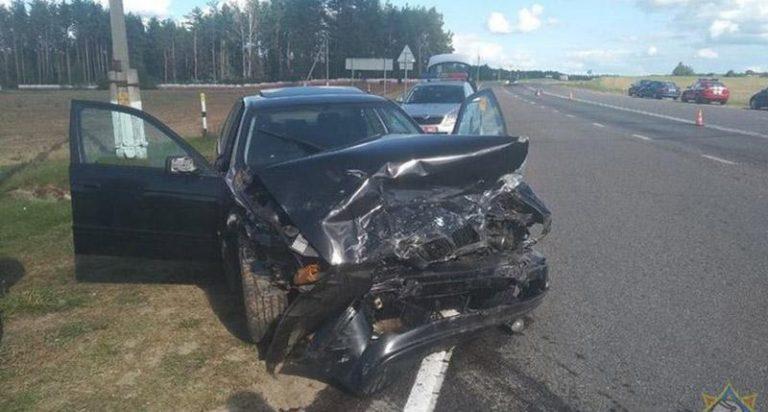 В Узденском районе произошло лобовое столкновение BMW и Renault
