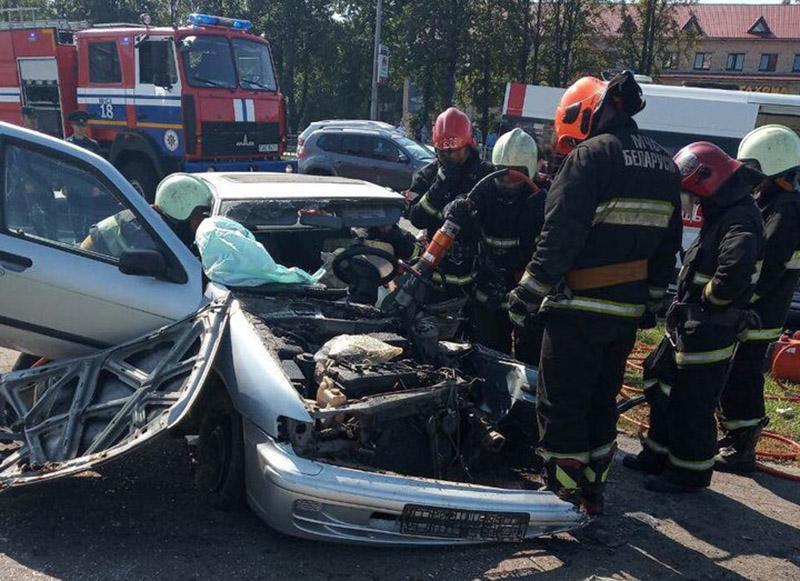 Водитель врезался в столб в Минске