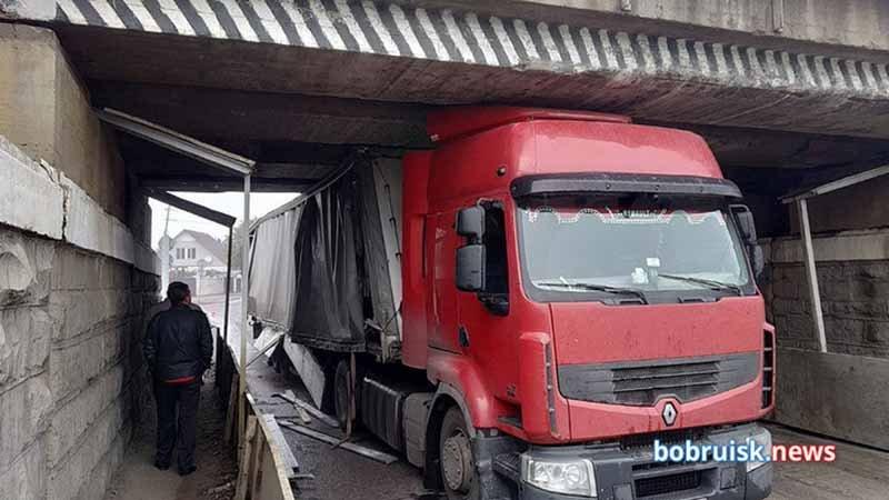 В Бобруйске под мостом застряла фура