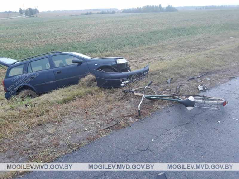 В Могилевском районе столкнулись микроавтобус и Opel. Пострадала пешеход