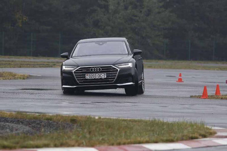 Летали в городе на спорткарах. В Бресте прошел первый экстрим-тест Audi