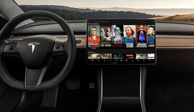 Tesla запускает просмотр Netflix и YouTube в своих авто