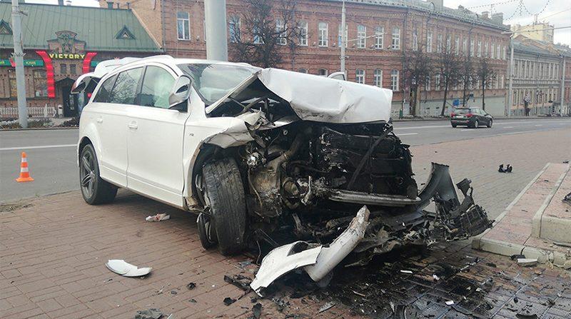 В Витебске Audi Q7 протаранил ограждение церкви