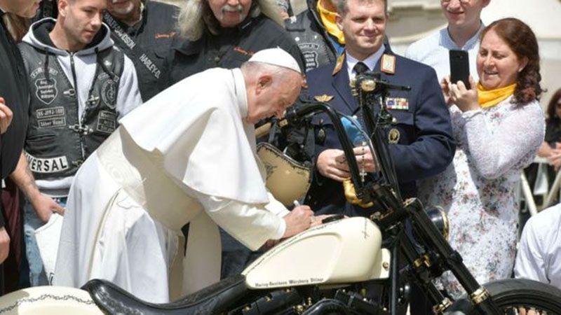 На аукционе продали Harley Davidson с автографом папы Римского