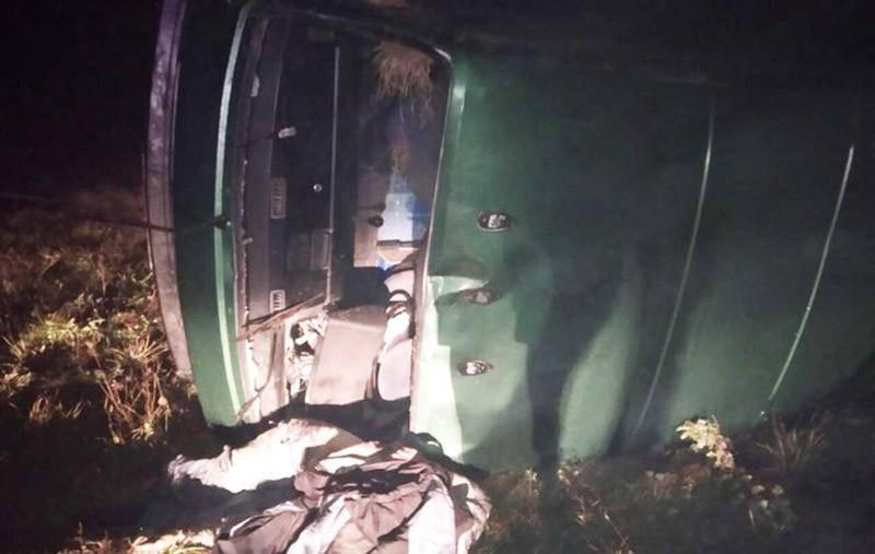 В Березовском районе перевернулся микроавтобус. Водитель погиб