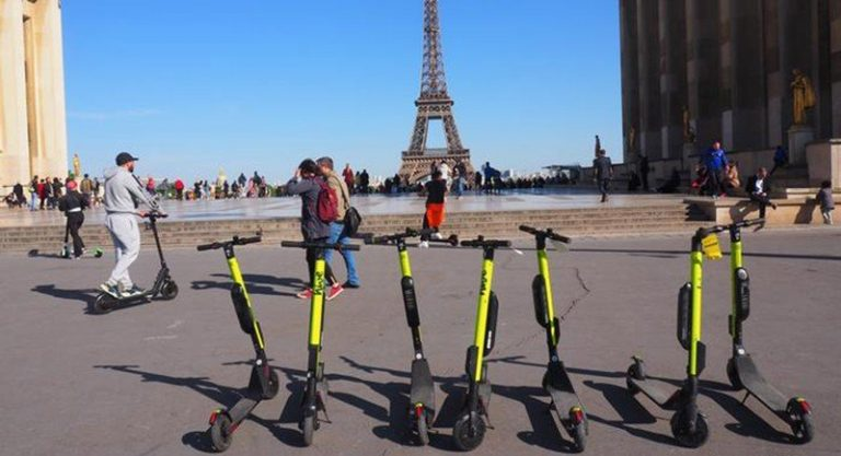Во Франции будут введены новые правила для езды на электроскутерах.
