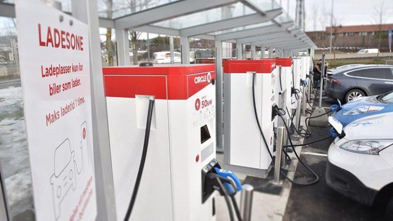 На норвежской заправке все бензоколонки заменили электрическими зарядками