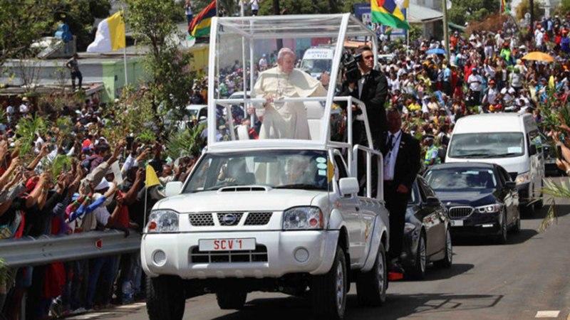 Папа Римский проехал на Nissan
