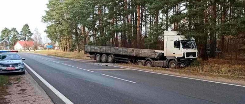 Под Лидой грузовик протаранил легковушку