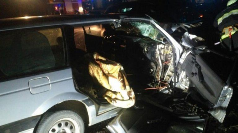 В Слонимском районе столкнулись две легковушки. Пассажира зажало внутри авто.