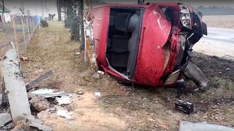 В Могилевском районе Mercedes Sprinter врезался в столб и опрокинулся