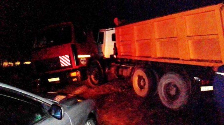 На скользкой дороге столкнулись два грузовых МАЗа