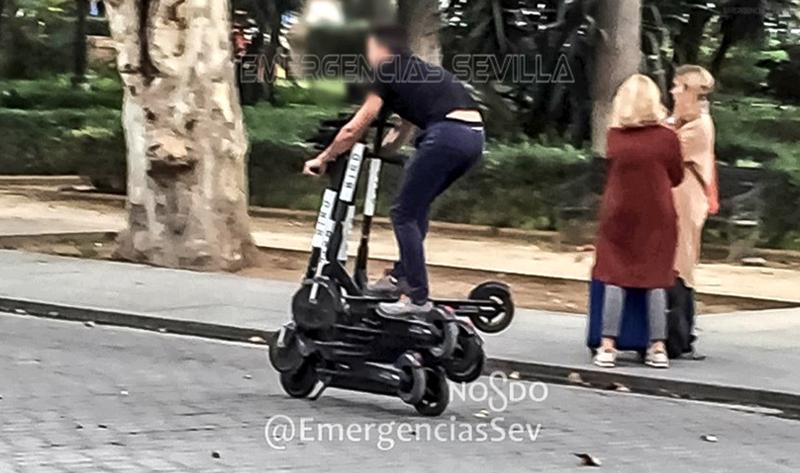 В Испании полиция оштрафовала экстремала за катание на шести самокатах