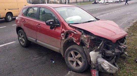 В Минске Nissan выехал на встречку и врезался в два автомобиля Mercedes