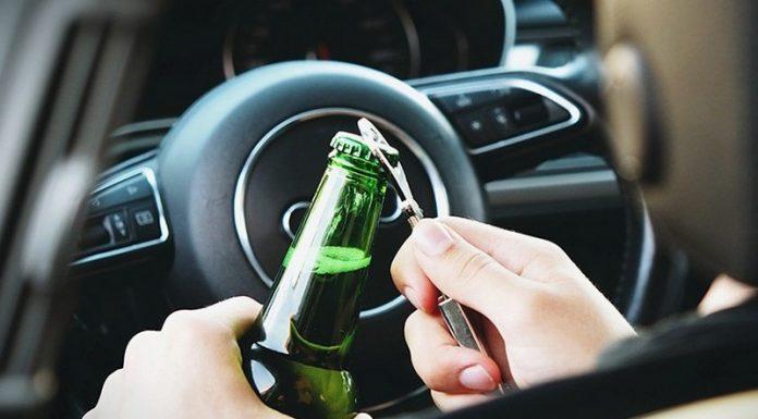 Пьяный бесправник пил за рулем во время движения